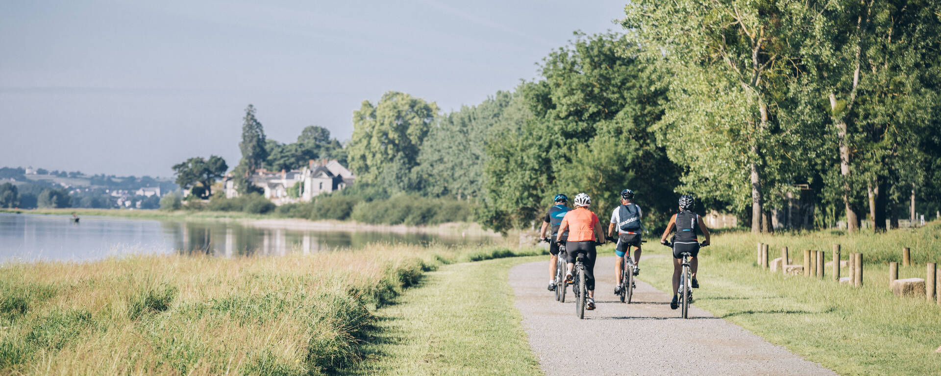 Bike ride along the banks of the Loire © Romain Bassenne