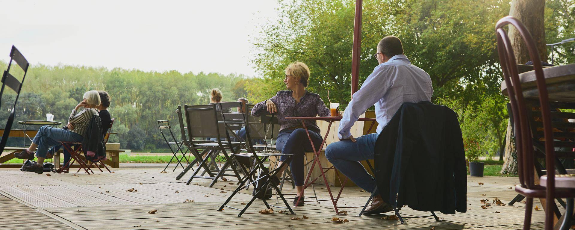 Couple qui dîne à la guinguette En Rouge et Loire