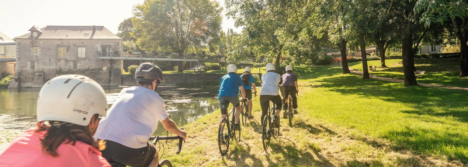 Cyclistes dans les basses vallées angevines sous le soleil