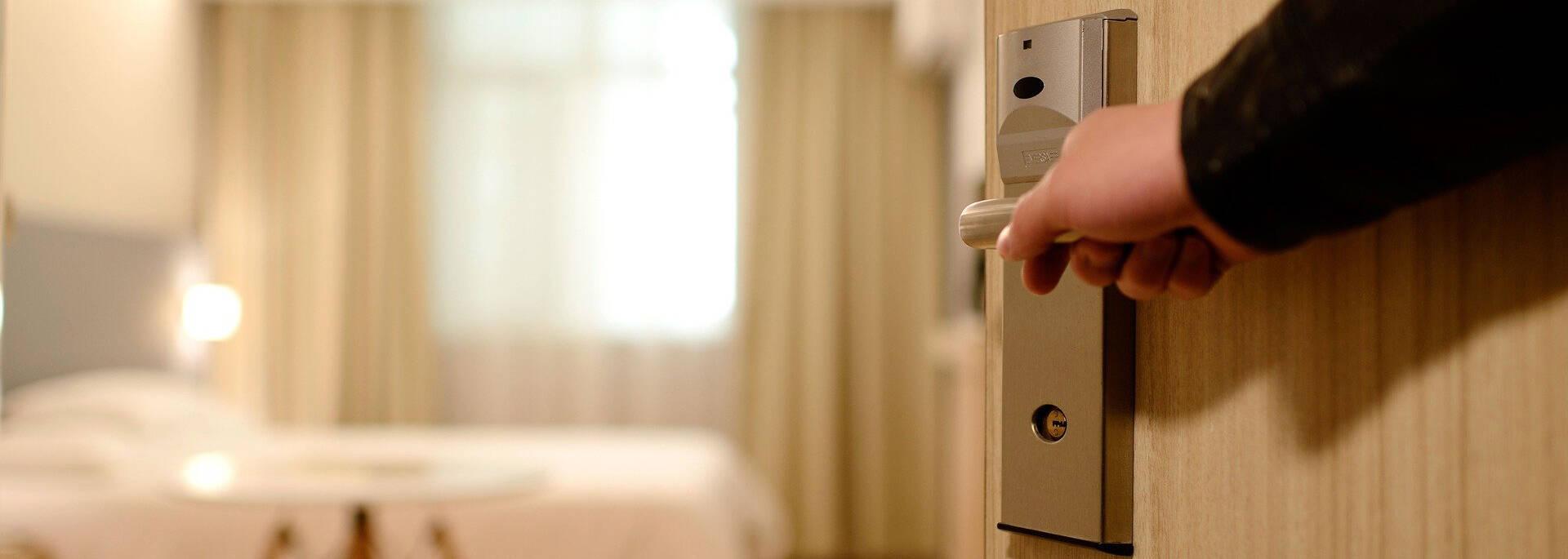 Personne ouvrant la porte d'une chambre d'hôtel à Angers