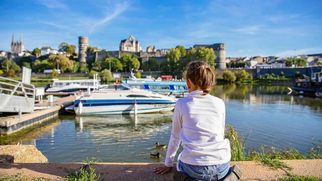 Une petite-fille et le Château d'Angers © Les Conteurs