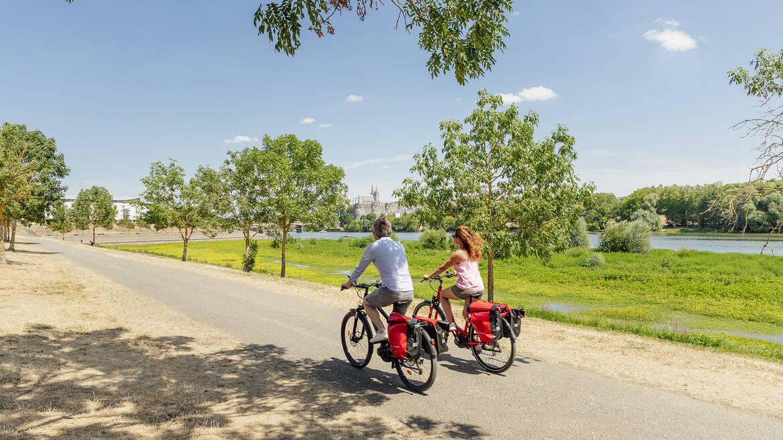 Couple en balade à vélo le long de la Maine à Angers © Christophe Martin / Destination Angers