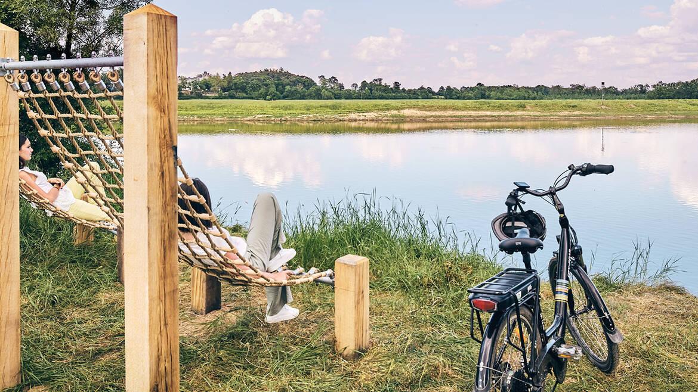 Temps de détente en pleine nature face à la rivière