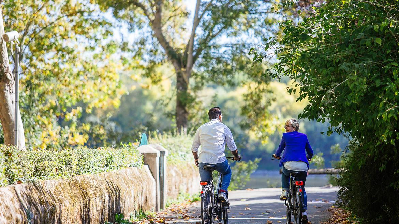 Couple se baladant à vélo