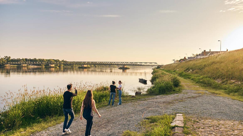 Amis se baladant en bords de Loire à Saint-Mathurin-sur-Loire
