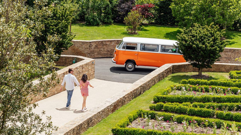 Couple en combi Volkswagen dans le vignoble