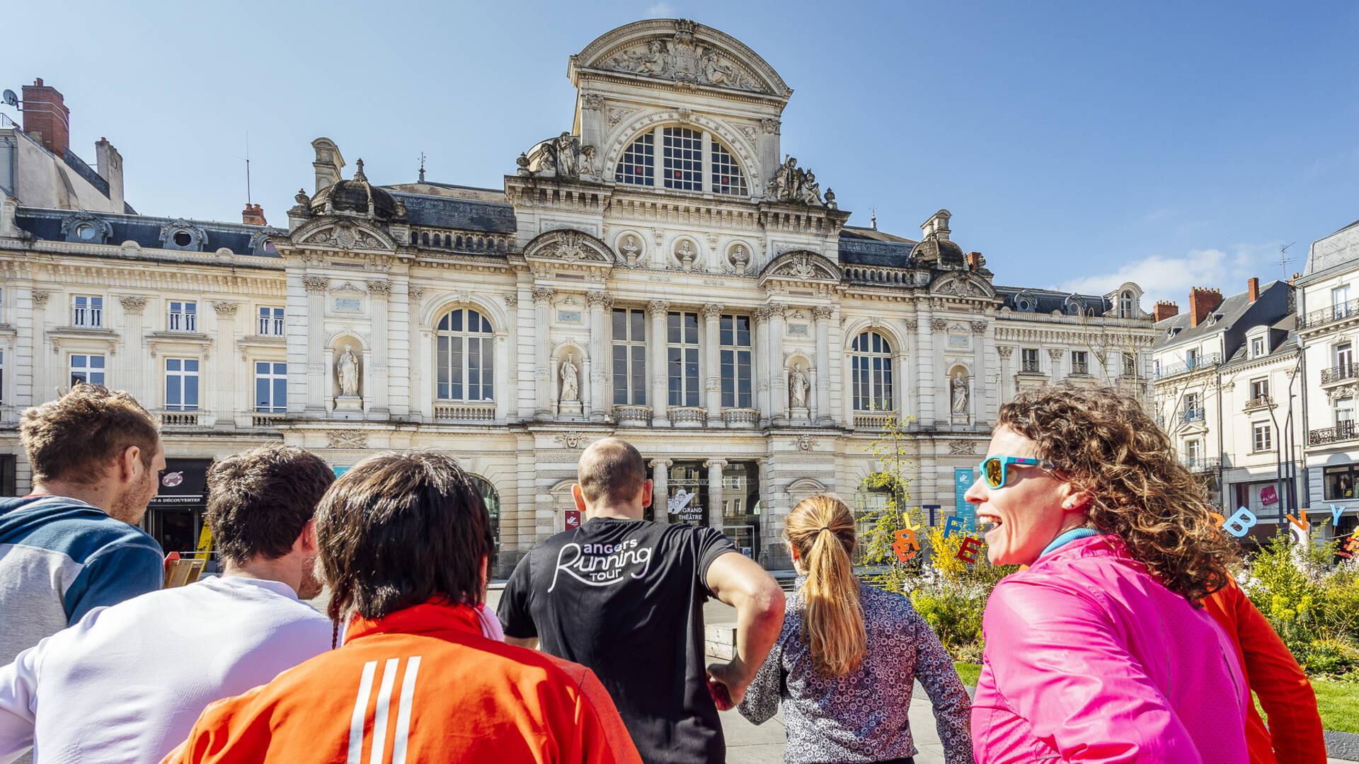 Coureurs avec un guide devant le Château d'Angers