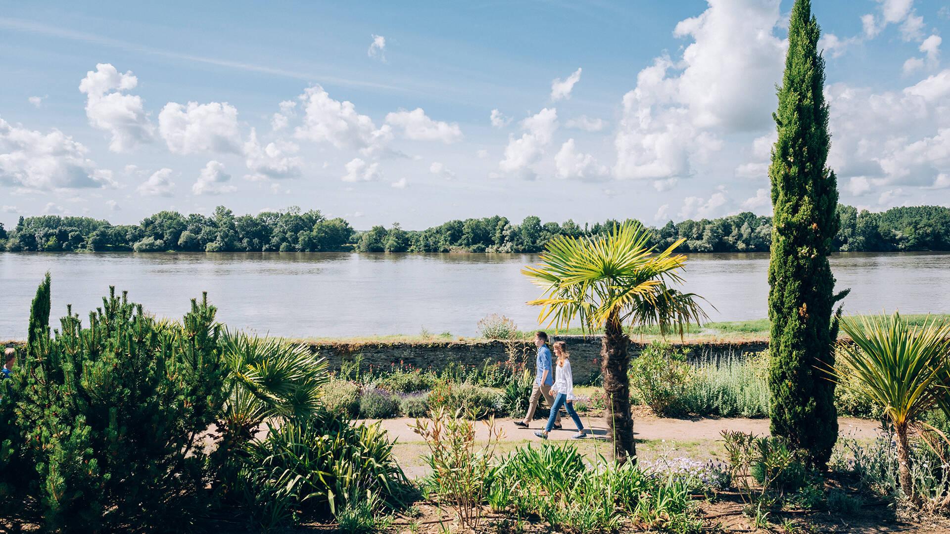 Couple dans le jardin méditerranéen de Sainte-Gemmes-sur-Loire