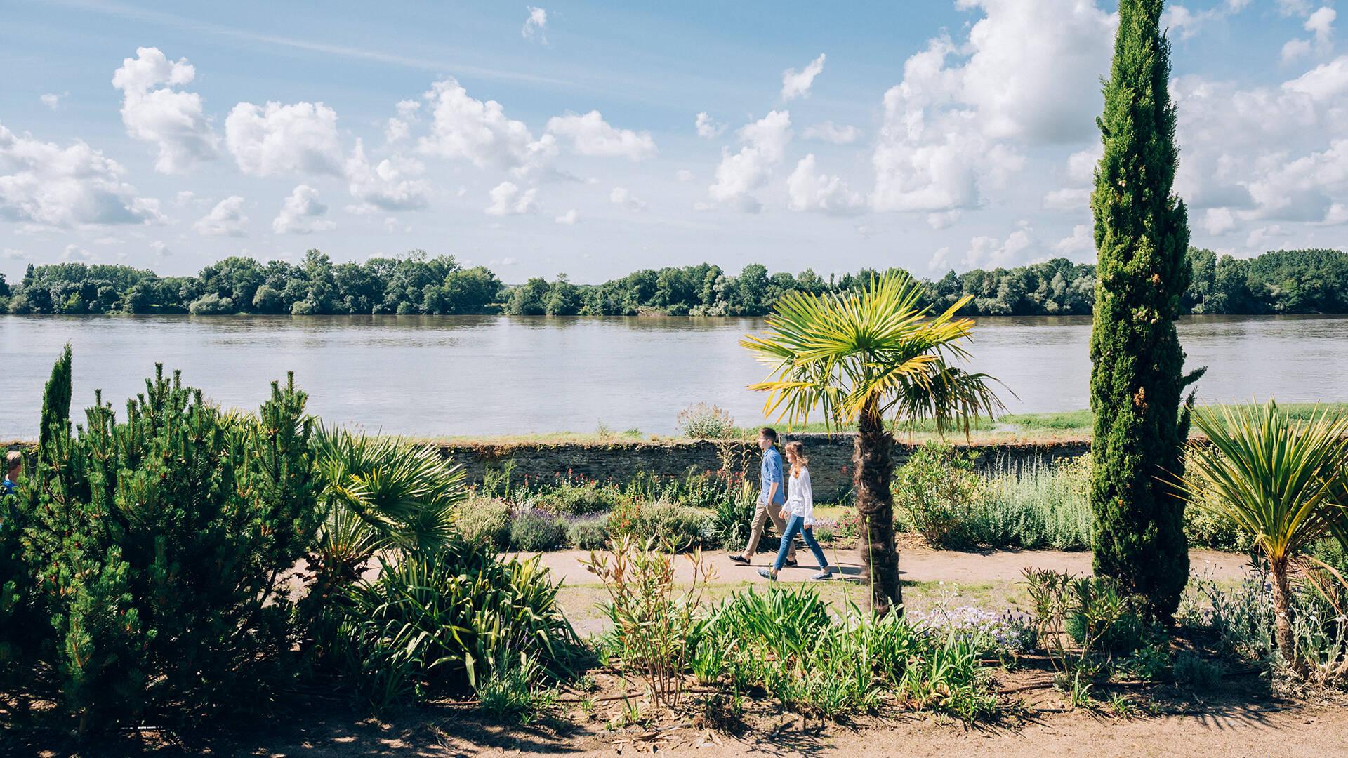 Promenade d'un couple à Sainte-Gemmes sur Loire