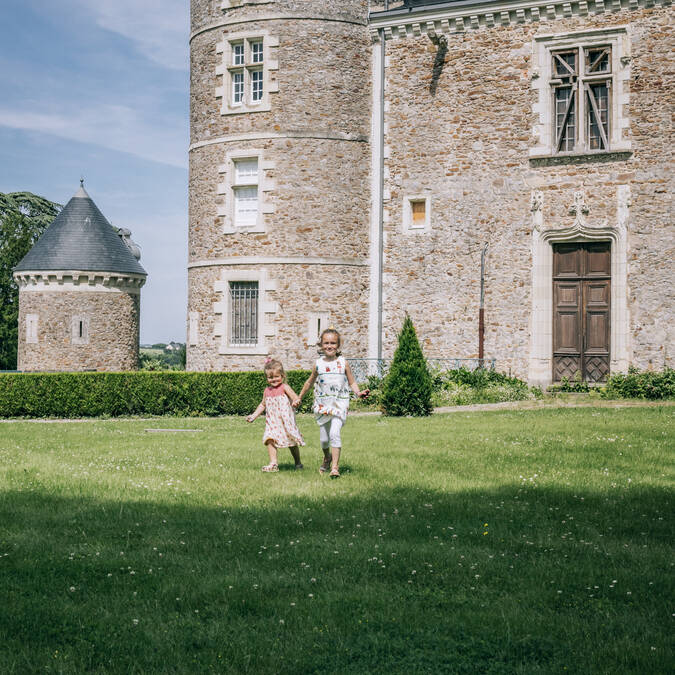 Stroll through the Villevêque's Castel © Romain Bassenne