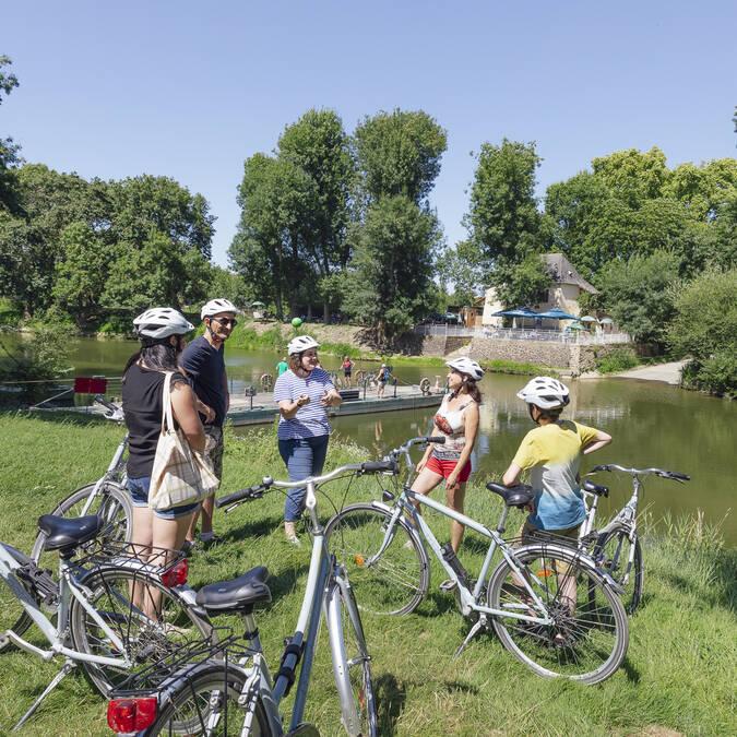 Cyclistes face à l'île Saint-Aubin