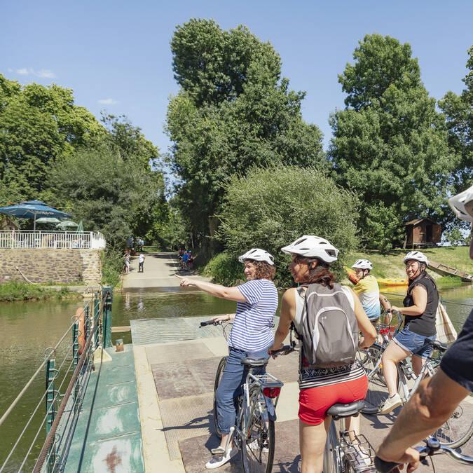 Cyclistes sur le bac de l'île Saint-Aubin