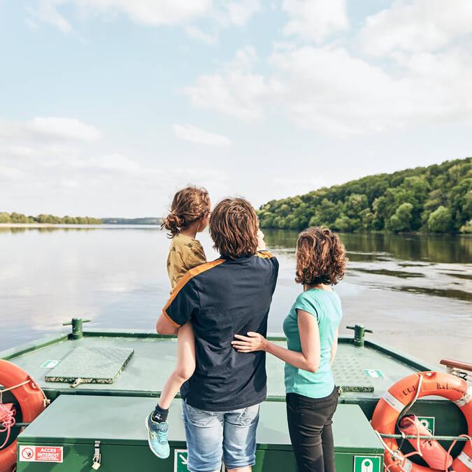 Famille sur le bateau Loire Odyssée