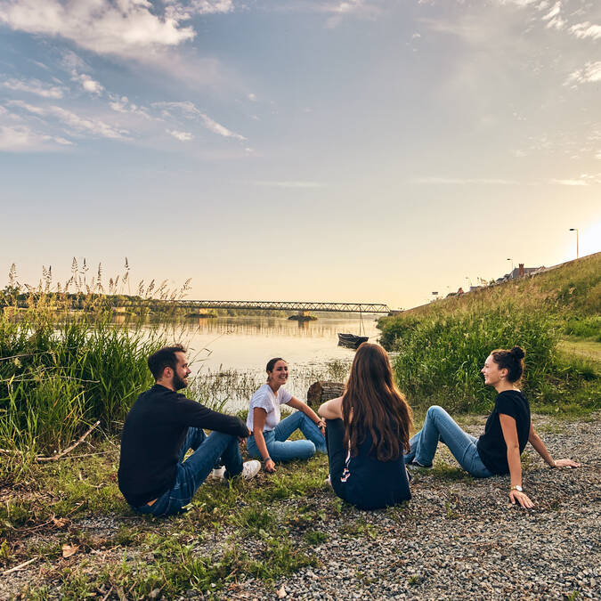 Pause entre amis au bord de la Loire