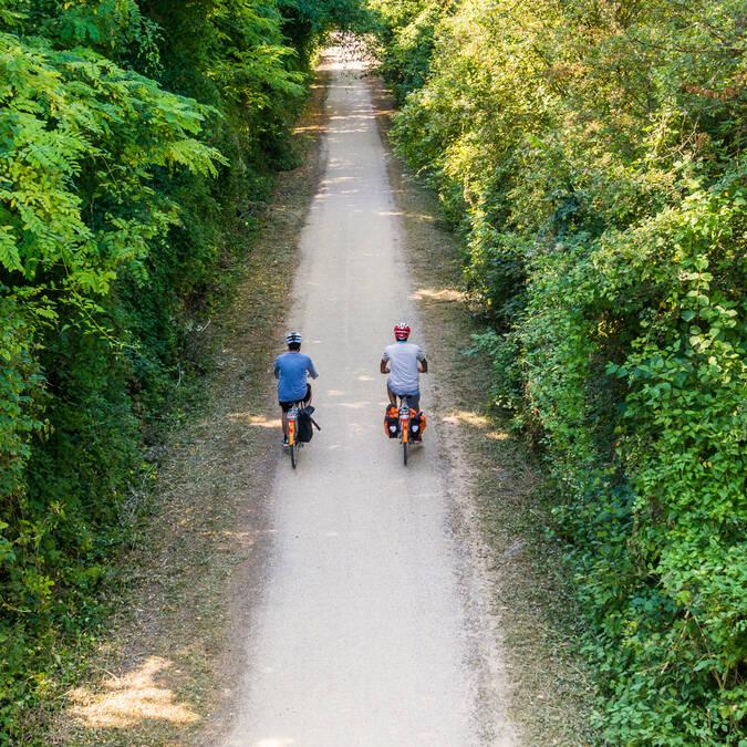 Un couple en balade à vélo sur les chemins de la vallée du Loir à vélo