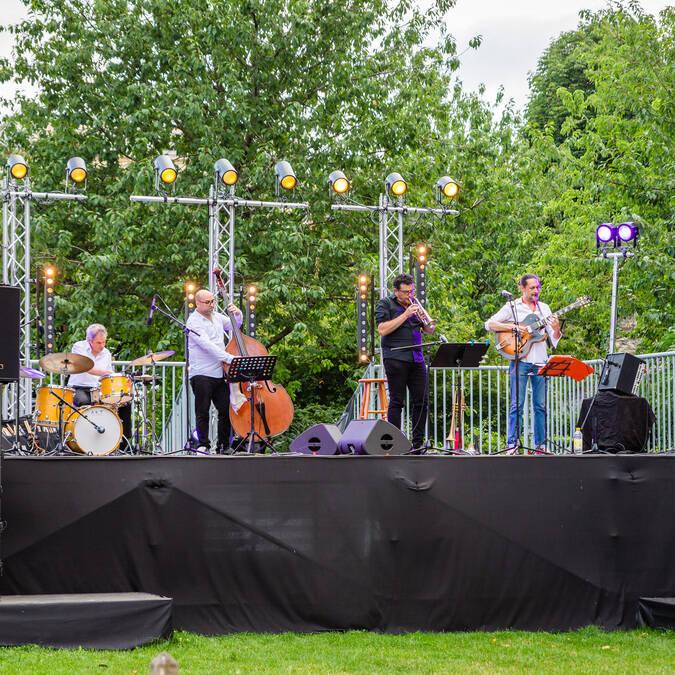 Groupe de musique performant lors d'un concert-dégustation