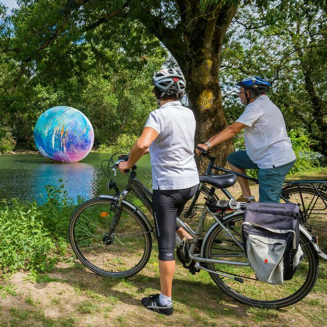 Lors de NOV'Art, les cyclistes admirent l'oeuvre Otto d'Esla Tomkowiak