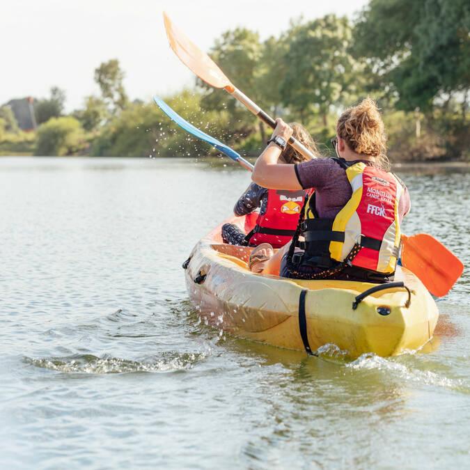 Deux personnes font du canoë sur la Sarthe