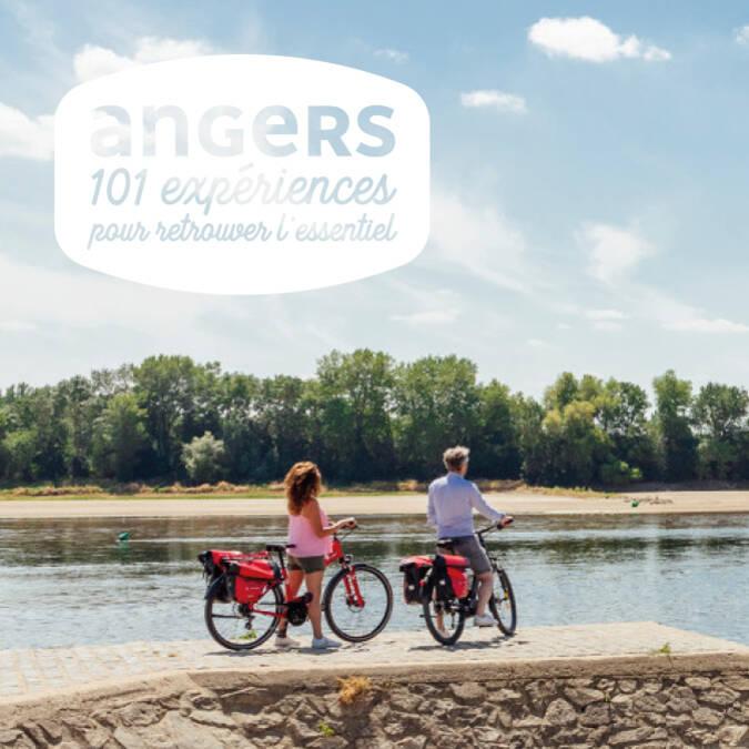 Balade à vélo d'un couple au bord de la Loire