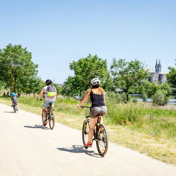 Famille se promenant à vélo au bord de la rivière