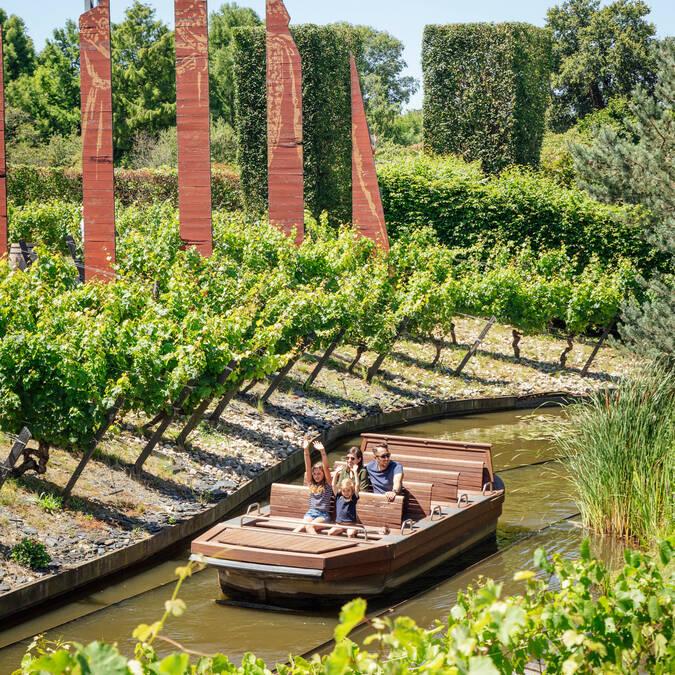 Balade en barque à Terra Botanica en famille